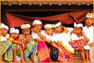 balinese children watch ceremony