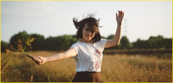 smiling-girl-in-the-field